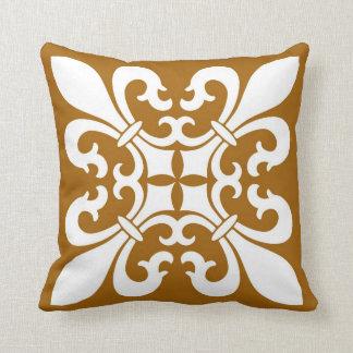 Coussin Fleur de lis Symbols dans le blanc sur le caramel