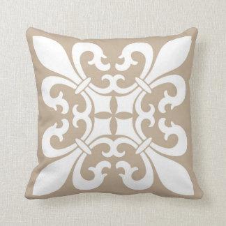 Coussin Fleur de Lis Symbols dans le blanc sur Tan