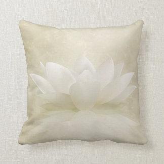 Coussin Fleur douce élégante de Lotus blanc/lis