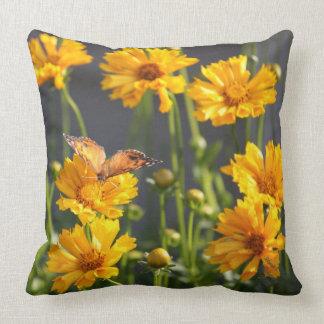 Coussin fleuri par jaune