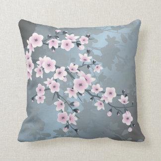 Coussin Fleurs de cerisier bleues grisâtres roses sombres