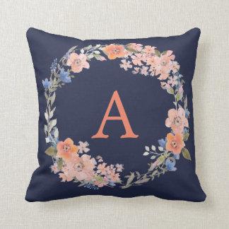 Coussin floral de guirlande de monogramme de