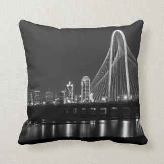 Coussin Gamme de gris de vue de pont de Dallas