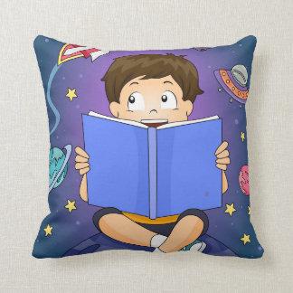 Coussin Garçon d'enfant lisant le carreau de livre
