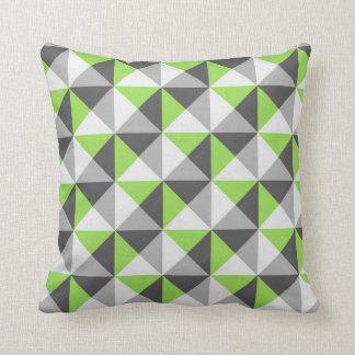 Coussin géométrique gris de triangles de vert de