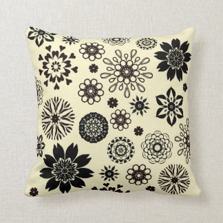 Coussin Ivory cushion with black rosace flowers