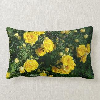 Coussin jaune de fleurs