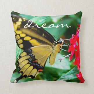 Coussin jaune de photographie de papillon de