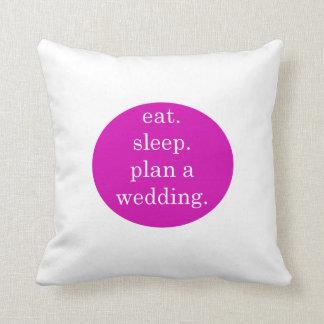 Coussin Juste engagé - mangez, dormez, prévoyez un mariage