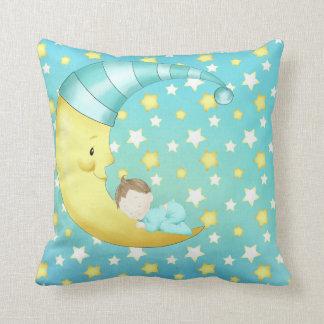 Coussin La lune bleue de bébé tient le premier rôle la