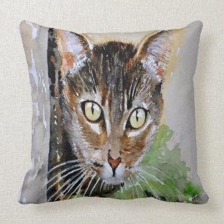 Coussin Le chat tigré curieux