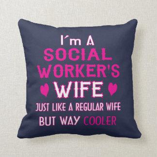 Coussin L'épouse de l'assistant social