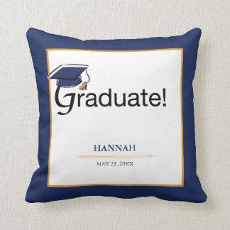 Coussin Les félicitations reçoivent un diplôme, casquette,