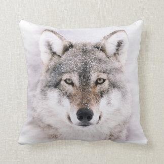 Coussin Loup dans le carreau de peinture d'hiver