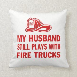 Coussin Mon mari joue toujours avec des camions de