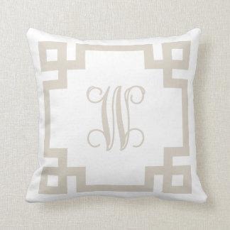 Coussin Monogramme principal grec beige et blanc de toile
