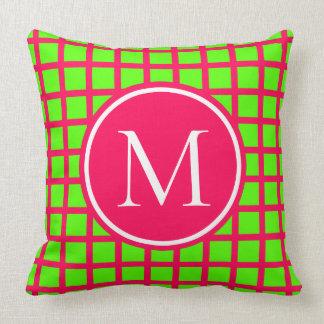 Coussin Monogramme rose et vert de très bon goût de plaid