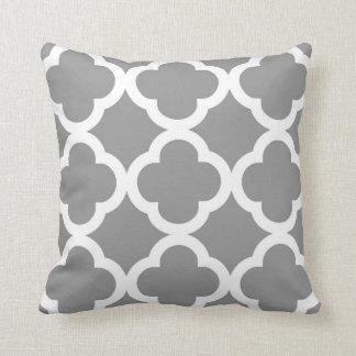 Coussin Motif à la mode de trèfle dans gris et blanc