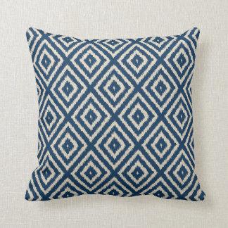 Coussin Motif de diamant d'Ikat dans bleu-clair et crème