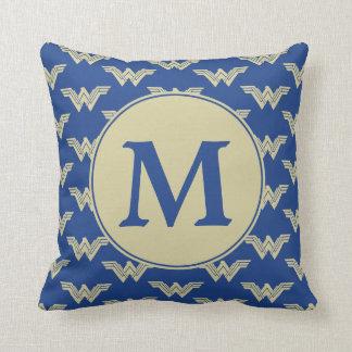 Coussin Motif de logo de femme de merveille de monogramme