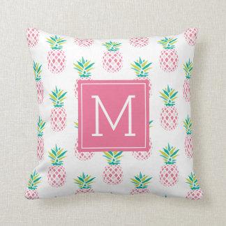 Coussin Motif décoré d'un monogramme rose d'ananas