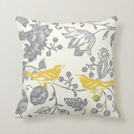coussin motif floral vintage en ivoire gris jaune d 39 oiseau. Black Bedroom Furniture Sets. Home Design Ideas