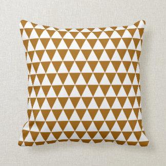 Coussin Motif géométrique de triangle en caramel