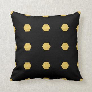 Coussin Motif mat chic d'hexagones d'or sur le noir