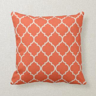 Coussin Motif orange et blanc de Celosia de Quatrefoil