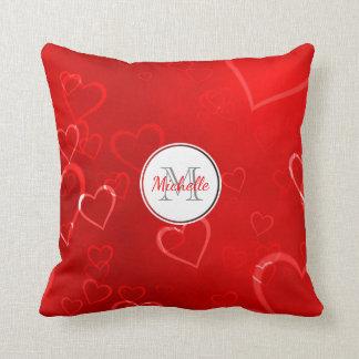 Coussin Motif rouge décoré d'un monogramme de coeurs