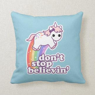 Coussin N'arrêtez pas Believin dans les licornes