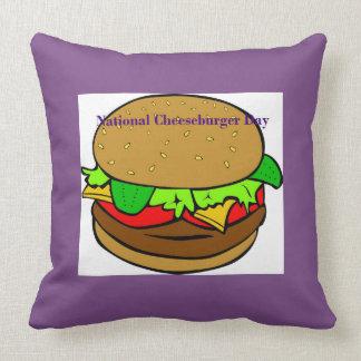 Coussin national pourpre de jour de cheeseburger