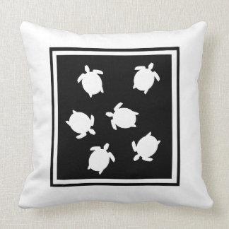Coussin noir et blanc de silhouette de tortue