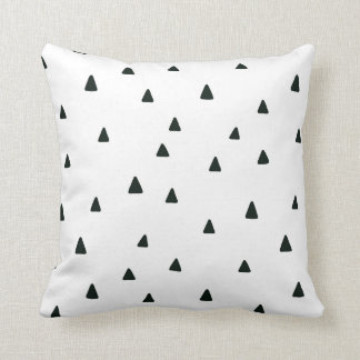 Coussin noir et blanc de triangles