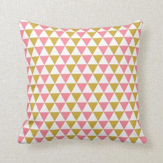 Coussin Or métallique et motif rose de triangle