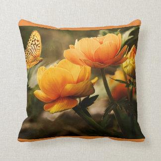 coussin orange mignon avec la copie de fleur