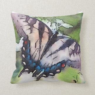 Coussin Papillon fané d'aquarelle au-dessus d'hortensia