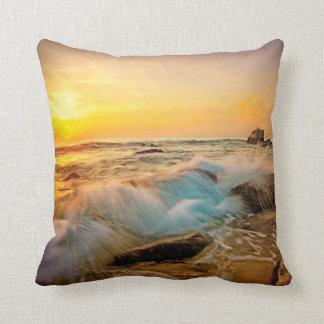 Coussin Paysage marin de coucher du soleil de VAGUES et de