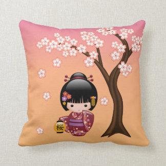 Coussin Poupée de Sakura Kokeshi - fille de geisha sur la