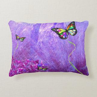 Coussin pourpre avec les papillons colorés
