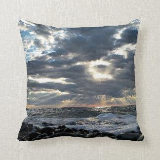 Coussin Rayons de soleil sur un rivage rocheux
