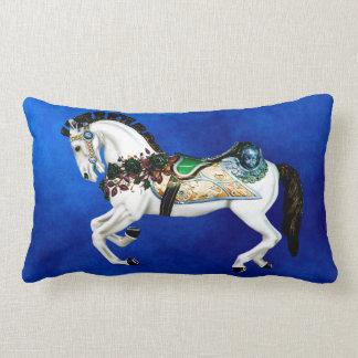 Coussin Rectangle Cheval assez blanc de carrousel sur le bleu