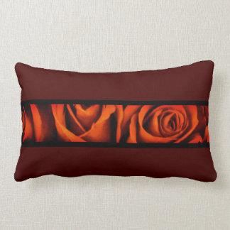 Coussin Rectangle Roses rouges sur le rouge foncé