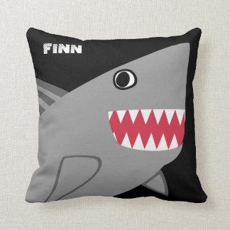 Coussin Requin gris personnalisé d'amusement sur le noir