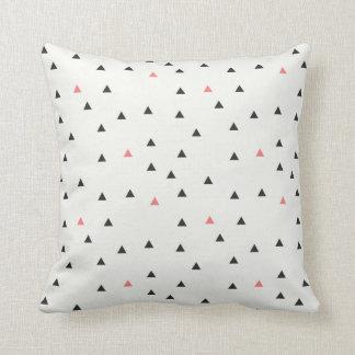 Coussin rose et noir de motif de triangle