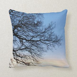 Coussin Silhouette d'arbre dans un ciel bleu d'hivers