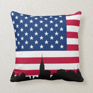Coussin Silhouette d'horizon de NYC, drapeau américain