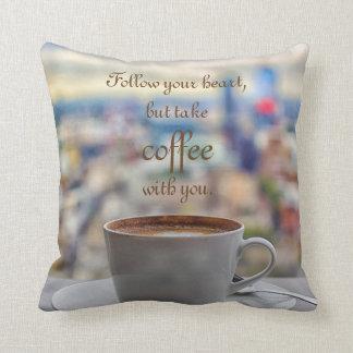 Coussin Suivez votre coeur, mais prenez le café avec vous