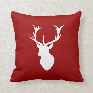 Coussin Tête de mâle de cerfs communs de Noël rouge et
