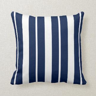 Coussin ThrowPillow rayé de bleu marine et blanc